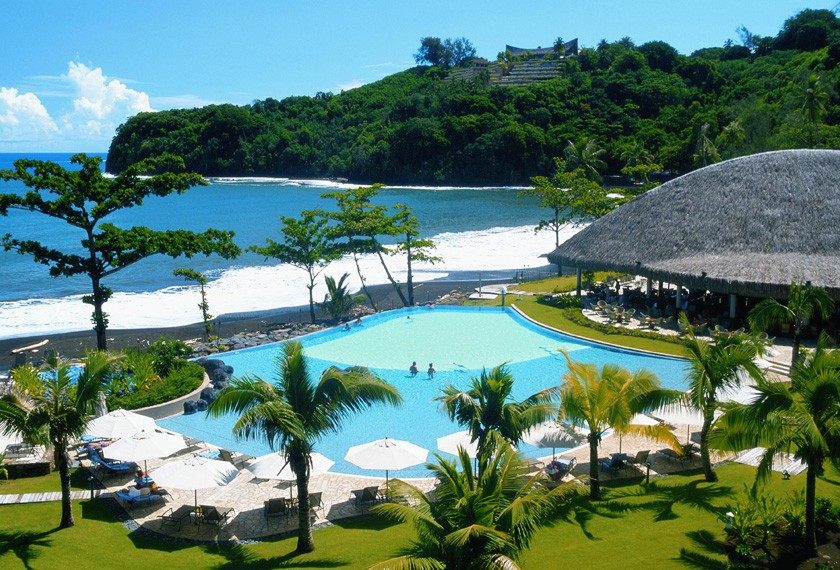 Swimming pool, black sand beach and restaurant of the Hotel Tahiti Pearl Beach
